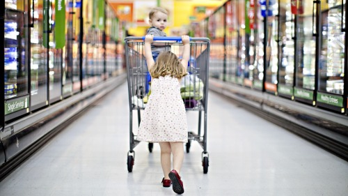 Girl-grocery-shopping_t20_o1nkO4
