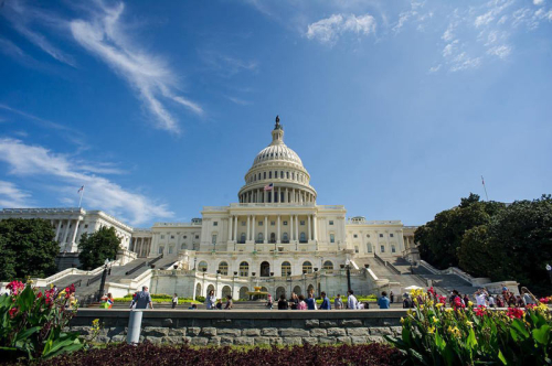 Delgadophotos_visitors-in-front-of-us-capitol-west-entrance_yesmydccool