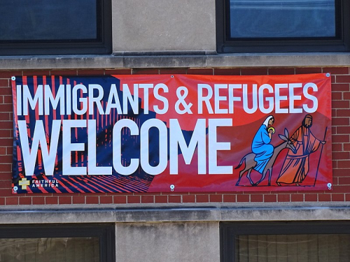 800px-Immigrants_&_Refugees_Welcome_-_Banner_on_Facade_-_Pilsen_-_Chicago_-_Illinois_-_USA_(32853896691)